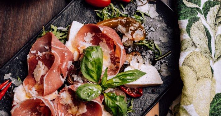 Prosciutto, Grana Parmigiana, Basilikum, Tomaten
